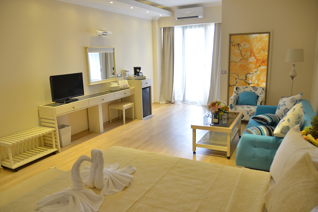 Double room with matrimonial bed -Phoenicia Luxury
